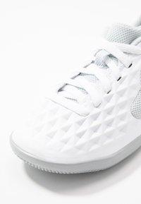 Nike Performance - TIEMPO JR LEGEND 8 CLUB IC UNISEX - Indoor football boots - white/chrome/pure platinum/wolf grey - 2