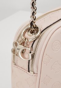 Guess - LOGO LOVE CROSSBODY TOP ZIP - Skulderveske - pink - 6