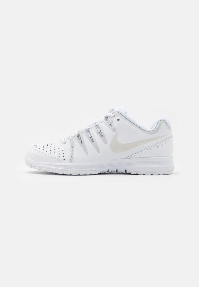 WOMENS VAPOR COURT SHOE - Tennisschoenen voor alle ondergronden - white/light bone/pure platinum