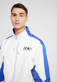 Grimey - PLANETE NOIRE SILVER TRACK JACKET - Träningsjacka - white - 5