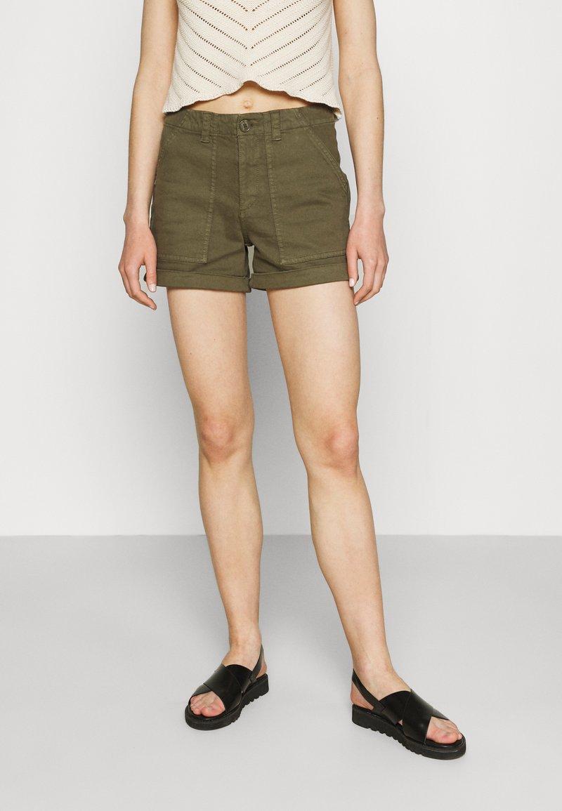 Vero Moda - Shorts - ivy green