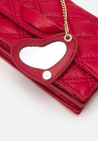 PARFOIS - CROSSBODY BAG HEARTS - Taška spříčným popruhem - red - 3