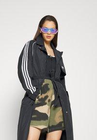 adidas Originals - TRENCH ORIGINALS ADICOLOR PRIMEGREEN COAT - Trenchcoat - black - 7