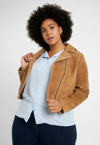 CAPSULE by Simply Be - BIKER JACKET - Faux leather jacket - camel - 0