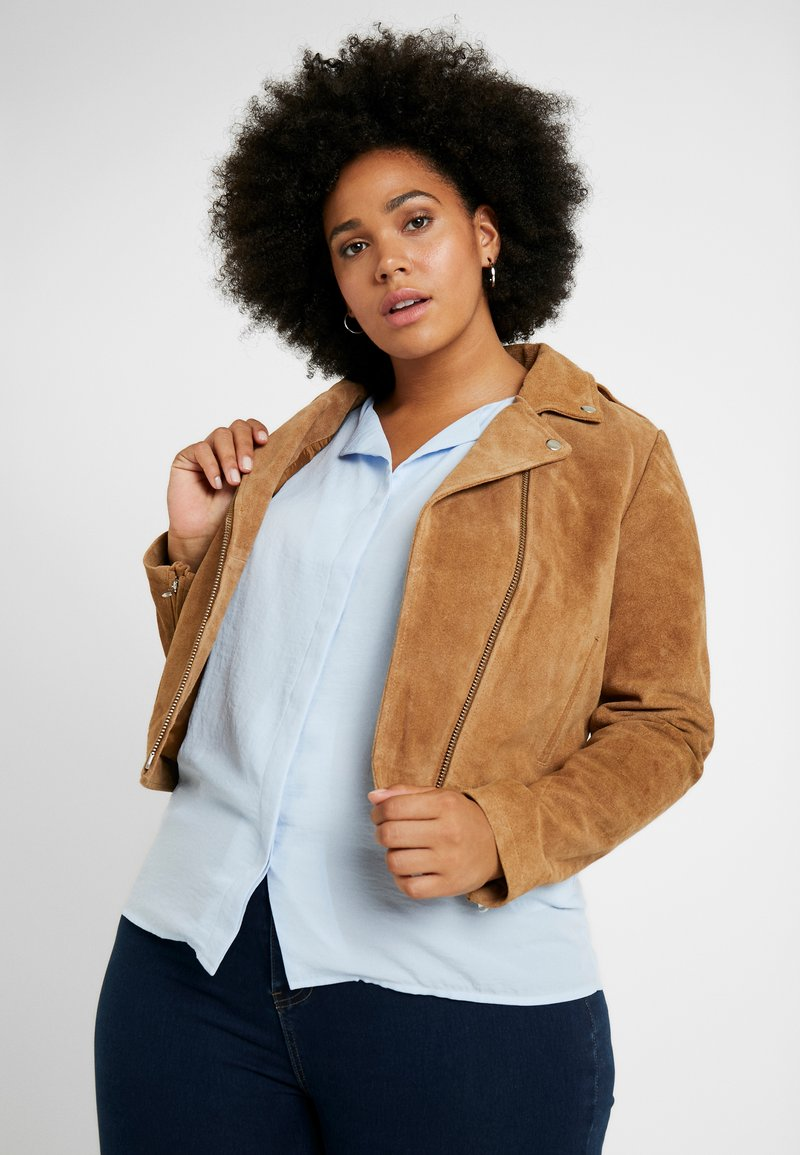 CAPSULE by Simply Be - BIKER JACKET - Keinonahkatakki - camel