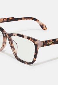 QUAY AUSTRALIA - HARDWIRE BLUE LIGHT - Sunglasses - milky tort/clear - 4
