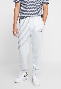 Nike Sportswear - SUBSET - Træningsbukser - pure platinum - 0