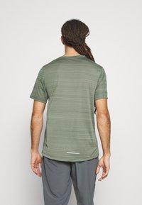 Nike Performance - DRY MILER - T-Shirt print - juniper fog/juniper fog/reflective silver - 2
