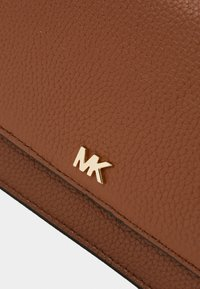 MICHAEL Michael Kors - MOTTPHONE CROSSBODY - Across body bag - luggage - 4