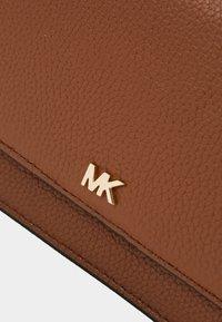 MICHAEL Michael Kors - MOTTPHONE CROSSBODY - Bandolera - luggage - 4