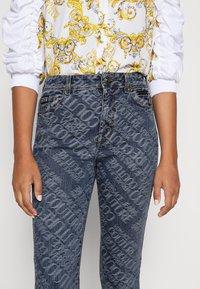 Versace Jeans Couture - Vaqueros pitillo - indigo - 3
