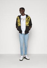 Versace Jeans Couture - PRINT LOGO BAROQUE - Zip-up sweatshirt - black - 1