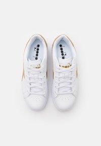 Diadora - GAME STEP UNISEX - Sports shoes - white/gold - 3