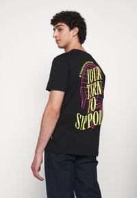 YOURTURN - T-shirt z nadrukiem - black - 0