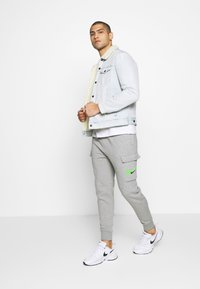Nike Sportswear - PANT CARGO - Verryttelyhousut - grey heather - 1
