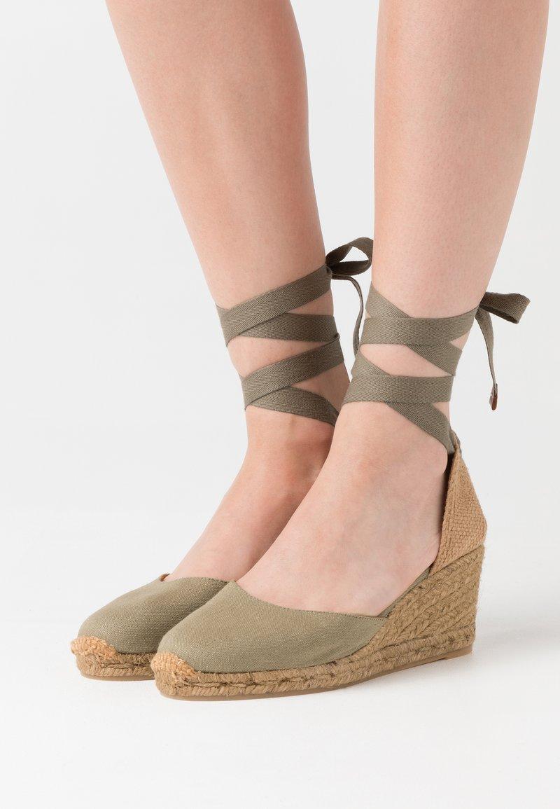 Castañer - CARINA  - Sandály na klínu - verde kaki