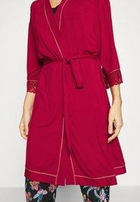 Triumph - AMOURETTE SPOTLIGHT ROBE - Dressing gown - rosso masai - 6