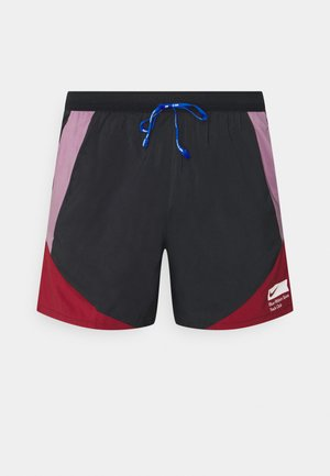 STRIDE SHORT BLUE RIBBON SPORTS - Pantalón corto de deporte - black/violet dust/team red/white