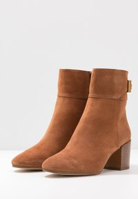MICHAEL Michael Kors - KENYA BOOTIE - Classic ankle boots - luggage - 4