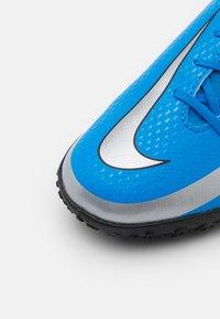 Nike Performance - JR PHANTOM GT CLUB DF TF UNISEX - Astro turf trainers - photo blue/metallic silver/rage green - 5