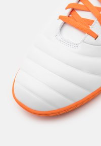 Umbro - TOCCO CLUB IC - Indoor football boots - white/carrot/frost gray - 5