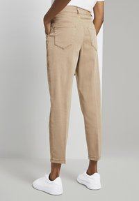 mine to five TOM TAILOR - MIT FALTENDETAIL - Jeans Tapered Fit - light ginger - 2