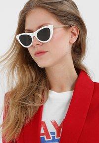 Le Specs - ENCHANTRESS - Okulary przeciwsłoneczne - white - 1