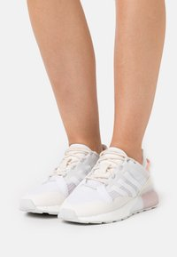adidas Originals - ZX 2K BOOST PURE  - Baskets basses - core white/grey one/chalk white - 0