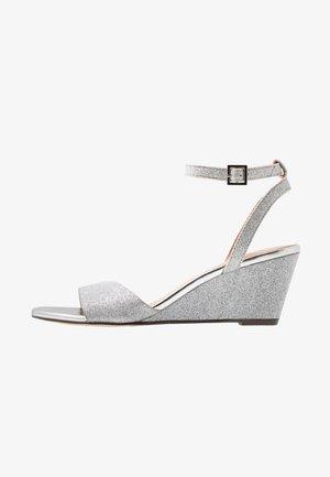 CATCH - Sandaler m/ kilehæl - silver