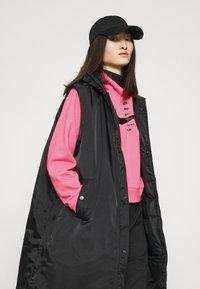 Nike Sportswear - HOODIE - Jersey con capucha - pink glow/black - 4