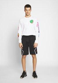 Jordan - DIAMOND - Shorts - black/infrared - 1