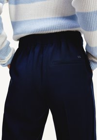 Tommy Hilfiger - TH ESS  - Trousers - desert sky - 3