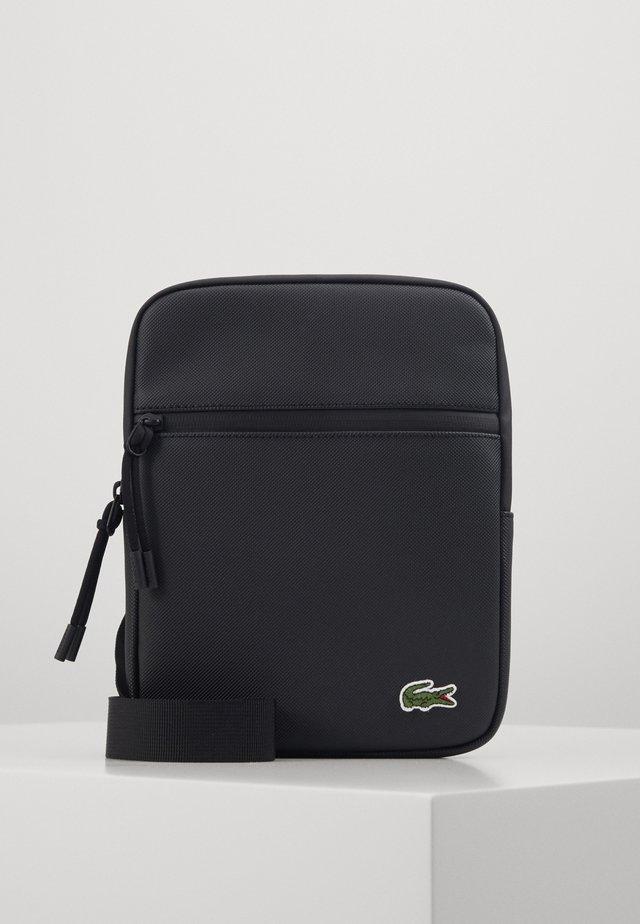 FLAT CROSSOVER BAG - Taška spříčným popruhem - noir
