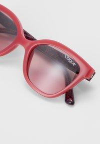 VOGUE Eyewear - SUN - Sluneční brýle - red/grey - 2