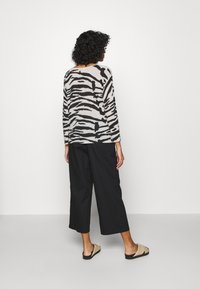Monki - VILJA TROUSERS - Trousers - black dark - 2