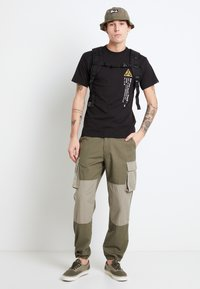Vans - MN DUFFLE CARGO PANT - Bojówki - grape leaf-vetiver - 1
