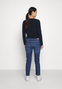 Marc O'Polo - DENIM TROUSER MID WAIST BOYFRIEND FIT CROPPED LENGTH - Jeans slim fit - vintage dark wash - 2