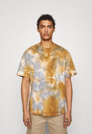 TIE DYE SHORT SLEEVES - T-shirts med print - brown/grey