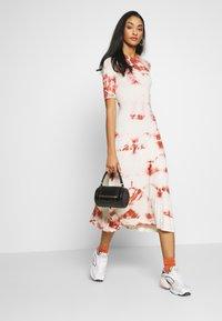 EDITED - TAYLA DRESS - Žerzejové šaty - cedar wood/white swan - 1