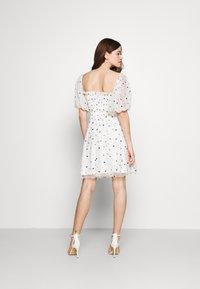 Lace & Beads - CALI DRESS - Koktejlové šaty/ šaty na párty - white - 2