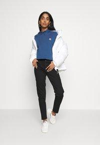 adidas Originals - ADICOLOR CROPPED HODDIE SWEAT - Hoodie - night marine/white - 1