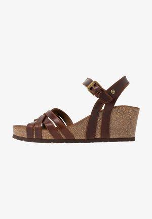 VERA CLAY - Sandály na klínu - brown