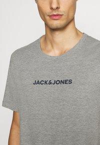 Jack & Jones - JACRAIN TEE 3 PACK - Pyžamový top - light grey melange/navy blazer/white - 7