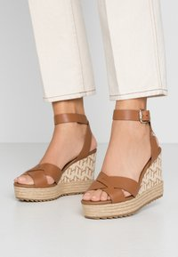 Tommy Hilfiger - TH RAFFIA HIGH WEDGE SANDAL - Sandalias de tacón - summer cognac - 0