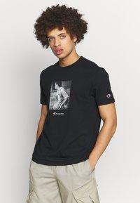 Champion Rochester - ROCHESTER THEME CREWNECK  - T-shirt imprimé - black - 0