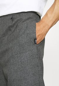 Vintage Supply - CASUAL CHECK TROUSER - Trousers - black - 4