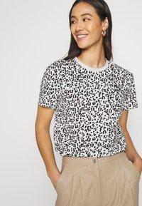 Puma - CLASSICS LOGO TEE - Print T-shirt - vaporous gray - 3
