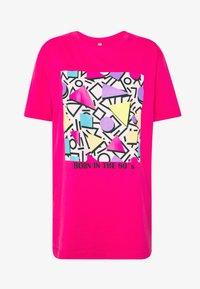 Merchcode - GEOMETRIC RETRO TEE - T-shirts med print - hibiskus pink - 4