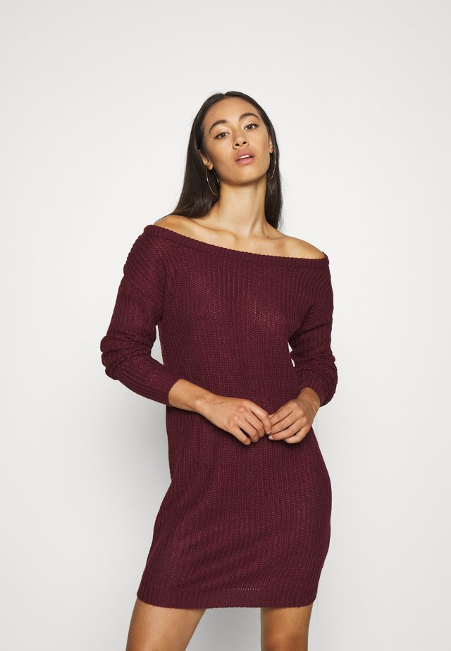 AYVAN OFF SHOULDER JUMPER DRESS - Pletené šaty - burgundy