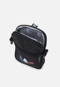 adidas Originals - TRICOL FEST BAG UNSISEX - Taška spříčným popruhem - black - 2